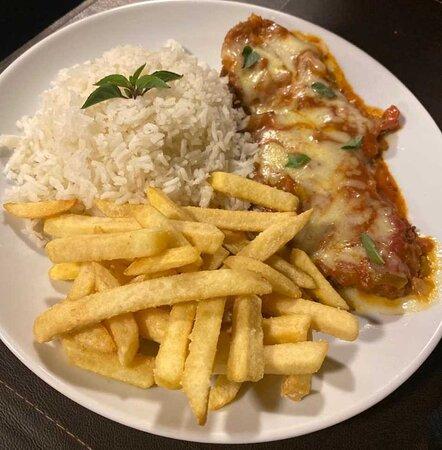 Os Bons Companheiros (Filé de frango à parmegiana, molho pomodoro e queijo, acompanhado de arroz branco e batata frita)
