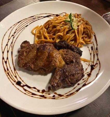 Coringa ( Corte premium de Black Angus grelhado na Chair Broiler, servido com talharim ao molho de vinho, tomate pelati e manjericão fresco)