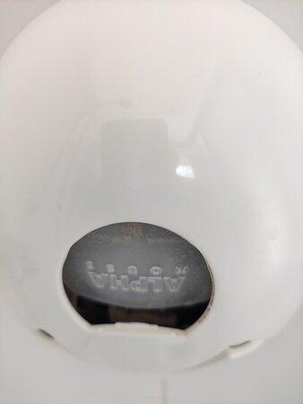 Portasapone in bagno rotto e sporco di muffa nera all'interno