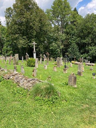 hřbitov u kostela sv. Jana Nepomuckého (po opravě) - Zadní Zvonková