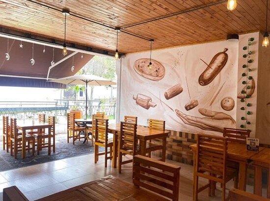 Giron, Колумбия: Dentro del restaurante se encuentra plasmado el plato típico de la región junto a 'la abuela', quien representa a la mujer santandereana, símbolo de berraquera y tenacidad ancestral.