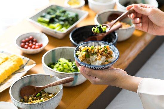 ホテルJALシティ長野名物「かってめし」 「かって」とは、惣菜をおかずに、またはごはんにのせて食べる、という意味の信州の方言です。温かいごはんに、お好みの惣菜をのせてお召し上がりください。