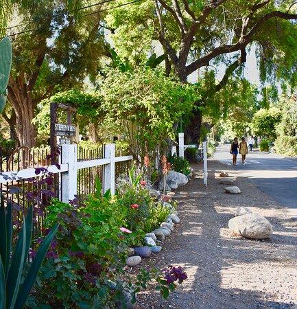 San Juan Capistrano, Califórnia: Quaint Street by Metro Train Station