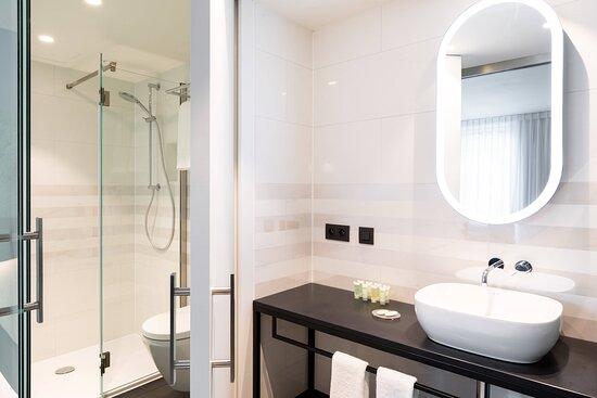 King Deluxe Studio Suite - Bathroom