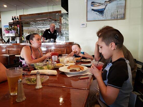 Wildwood, نيو جيرسي: family enjoying the boathouse