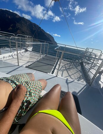 LUCKY LADY - Deluxe Na Pali Sunset Snorkel Cruise: Chilling at the bow of the catamaran