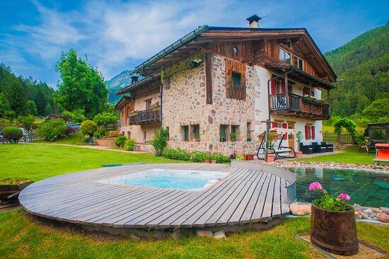 Carano, Itália: Maso Franceschella Gli esterni con la vasca idromassaggio e la piscina