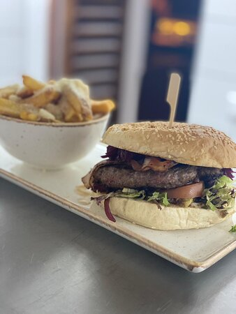 Baconburger mit Haus Fritten