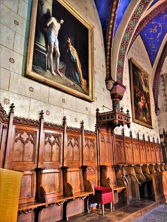 Le mélange des styles, le mobilier de qualité, les décors peints, les tableaux (même ceux contemporains qui décorent le fond de l'église) les vitraux et les vestiges romans, sont autant de raisons pour moi d'encourager la visite.
