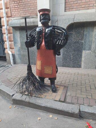 Kropyvnytskyi, Ucraina: Вот такую инсталяцию нашла среди кафешек по улице Дворцовая. Мусорить уж точно не захочется.