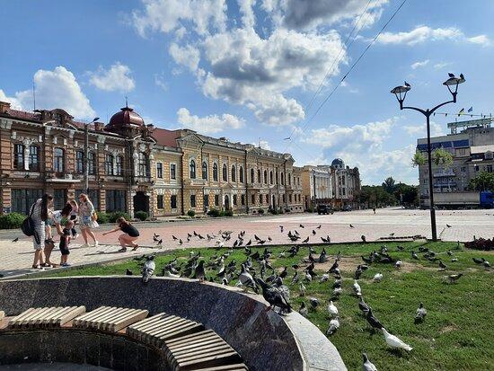 Kropyvnytskyi, Ukraine : Самый центр г. Кропивницкий. Здесь много красивых и уютных кафе на любой карман, магазинчиков, просто лавочки - чтоб присесть и передохнуть, покормив голубей.
