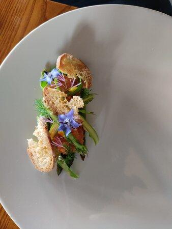 Uovo, asparagi e nocciole
