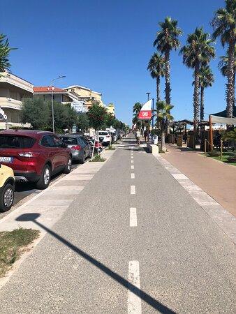 Green Adriatic Corridor Cycle Path: Giulianova - Cologna beach - Roseto: Roseto : Lungomare Trento guardando verso Nord ….