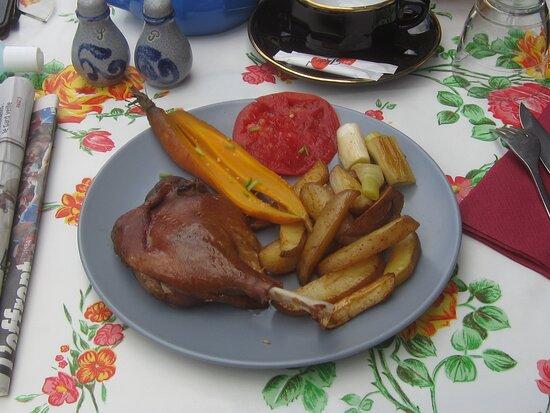 Restaurant La Clef du Ponton. Vue 9. Cuisse de Canard Confite avec Pomme de Terre, Carotte, et rond de Tomate. Août 2021. TOURS.