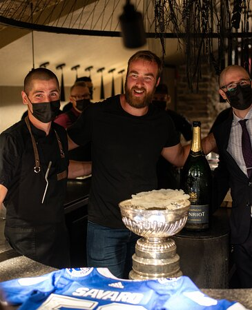 Notre Chef pose avec David Savard et la Coupe Stanley/ Our Chef poses with David Savard and the Stanley Cup