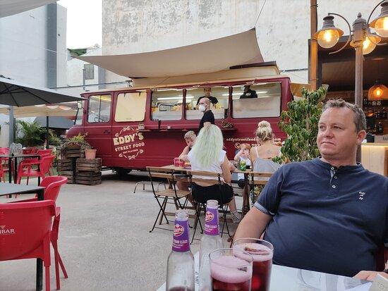 Gezellig plaats om burgers en streetfood te eten. De terras was zeer origineel ingericht. Goed voor een snackje te eten en een gezellig avondje met vrienden door te brengen. Beter reserveren op voorhand. Betreffende de burgers, die waren goed maar niet Wauw!  Als je kip naam, viel goed mee maar als je rundsburger naam, vlees was zeer dun. Prijsklasse voor iedereen, het duurste burger was € 8.00.  Zeker plaats voor rolwagens.