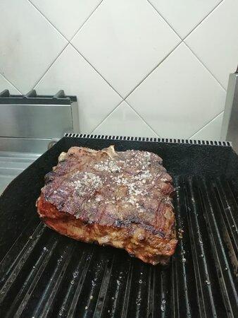 La regina della cucina Toscana La bistecca alla Fiorentina ( sotto le 5 dita e' considerata carpaccio) 😎