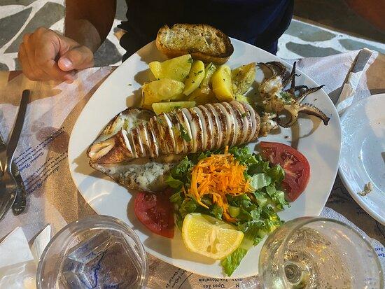 Sardine, souvlaki di pollo, calamaro grigliato