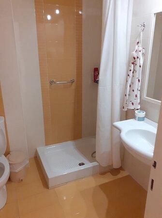 rideau de douche sale, l'eau coule partout une fois la douche terminée, odeur d'égouts
