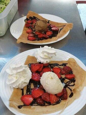 Crêpe fraise du Périgord, chocolat maison,boule de glace et chantilly