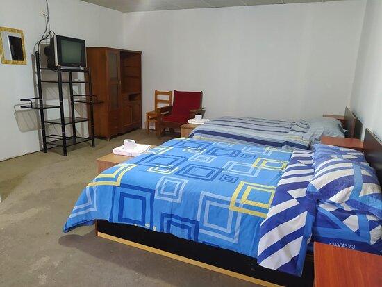INCLUYE:  🔸 Dos camas de 2 plazas                               🔸Baño privado con Agua caliente🚿 🔸Tv - Cable 📺 🔸 Wi-fi en toda nuestra área.  🔸 Teléfono intercomunicador (si desea alguna bebida a su habitación)📞                                                                   CODIGO: 110