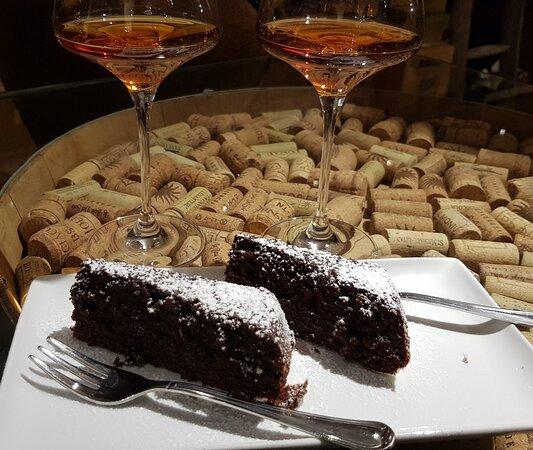 Vino passito Sciacchetrà accompagnato da torta amaretti e cioccolato