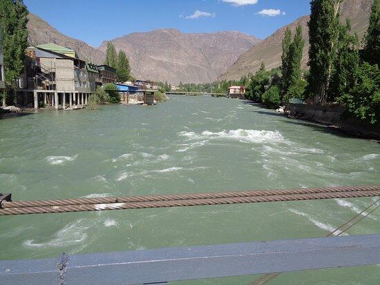 Khorog, Tadjiquistão: W wolnej chwili warto przejść przez któryś z małych , podwieszanych mostów na drugą stronę. Można przekonać się o wielkiej sile wody i nie tylko .