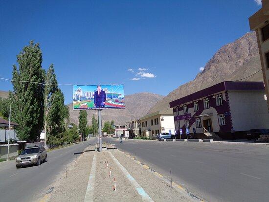 """Khorog, Tadjiquistão: I tu w wielu miejscach OCZYWIŚCIE """"patrzy"""" na wszystkich z banerów niepodzielnie  panujący prezydent . Tu wielki portret władcy przy wjeżdzie do miasta na ulicy Lenina ."""