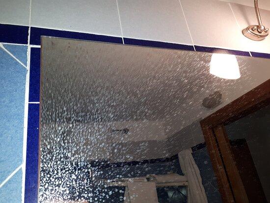 La doccetta del vano doccia sparava acqua in orizzontale sul vetro... impossibile fare la doccia senza allagare il bagno!
