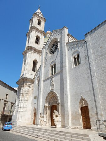 La facciata con il campanile barocco