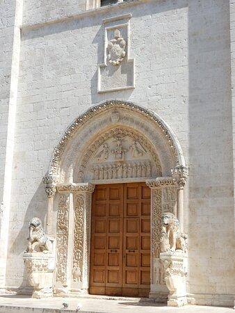 Il portale scolpito