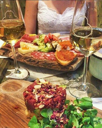 Tagliere e tartare con vino