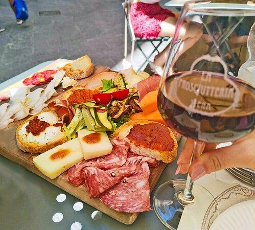 Tagliere di salumi e formaggi a Siena