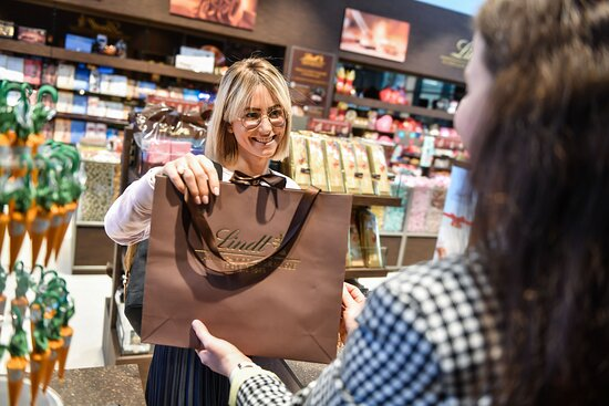Shopping im Lindt-Store.