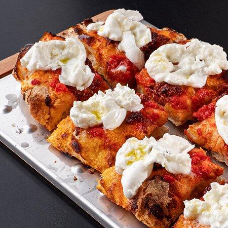 Pizza Reale - Base rossa e nduja con mozzarella di bufala in uscit