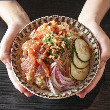 Poké de salón teriyaki con wakame y verduras.