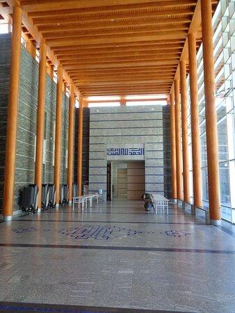 Główny korytarz z którego prowadzi wejście do świątyni .