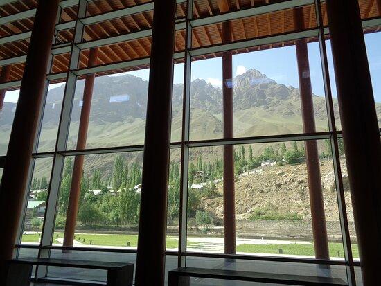 Niewiarygodne są widoki z wnętrza pomieszczeń Centrum . Tu widok na rzekę i wysokie pasma Gór Pamirskich .
