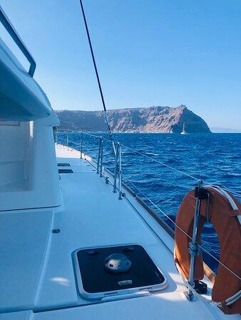 Santorini-Katamaran-Sonnenuntergang-Segeln-Kreuzfahrt: A beautiful catamaran
