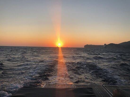 Santorini-Katamaran-Sonnenuntergang-Segeln-Kreuzfahrt: sunset capping off a wonderful cruise