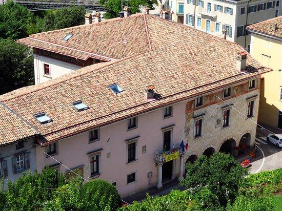 Il palazzo visto da una terrazza del castello di Rovereto