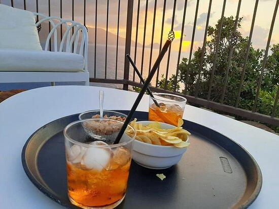 Aperitivo in terrazza al tramonto