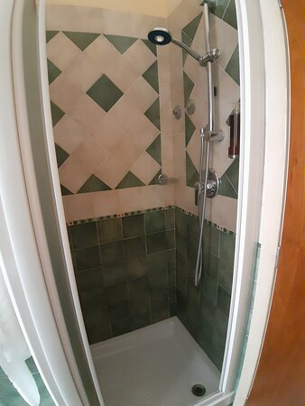 doccia è situata dietro la porta d'ingresso del bagno