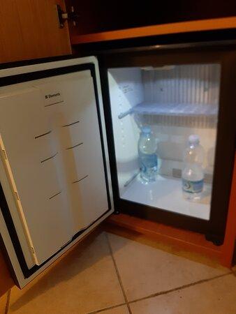 frigobar con bottigliette A PAGAMENTO