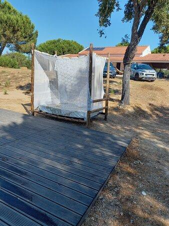 Cama de repouso junto á piscina