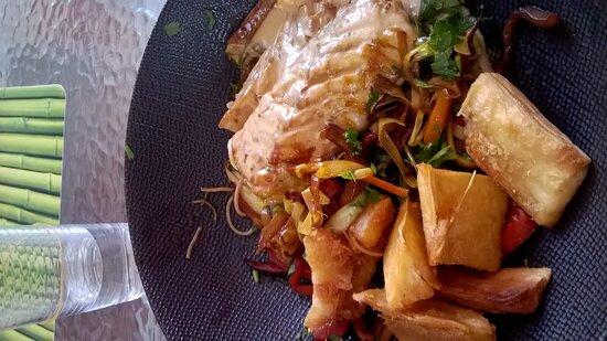poisson frais legumes et frittes de manioc