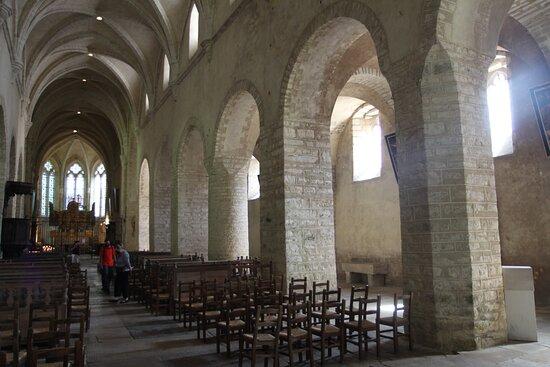Intérieur de l'église avec les piliers de 3 formes différentes