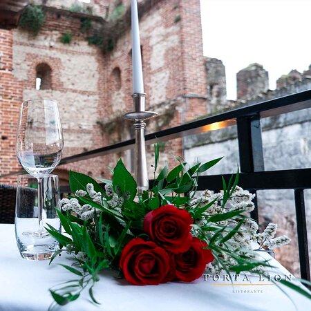 PORTA LION  Una splendida Terrazza tra le mura di Lazise. Una selezione dei piatti e delle ricette di cucina gourmet più sfiziosi e ricercati. Raffinatezza e Qualità.