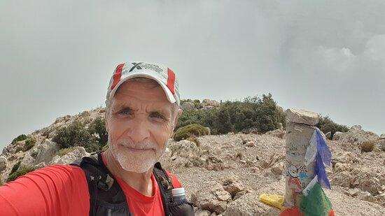 Subir a la cima del Puig Campana acaba siendo una experiencia inolvidable, por la dificultad del recorrido, por el desnivel que tiene en un trayecto tan corto y porque el lugar es muy bonito, sobre todo cuando llegas arriba de esta montaña tan bien valorada por el mundo del senderismo