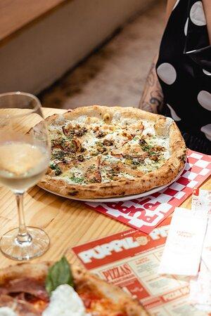 Tartufata. uma das mais pedidas! Mussarela, bacon, queijo gorgonzola, parmesão, manjericão, finalizado com salsa trufara e nozes!